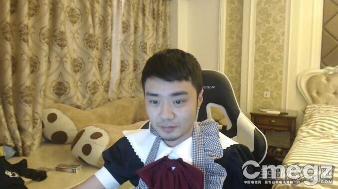 xiao8兑现承诺穿女装 女仆装亮相直播间
